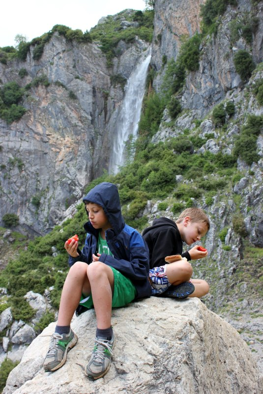 george and theo eat fast foot at waterfall low res
